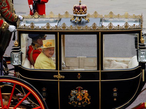 الملكة إليزابيث والأمير فيليب في طريقهما إلى قصر باكنجهام بعد زفاف الأمير ويليام أبريل 2011