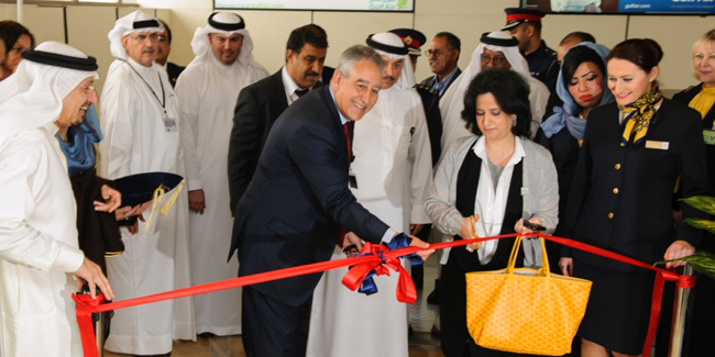 وزيرة الثقافة البحرينية مي بنت محمد آل خليفة مع سامر المجالي الرئيس التنفيذي لطيران الخليج خلال الافتتاح