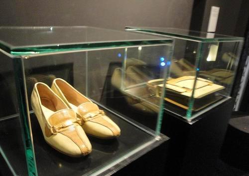 جانب من أحذية أم كلثوم في متحفها بالقاهرة