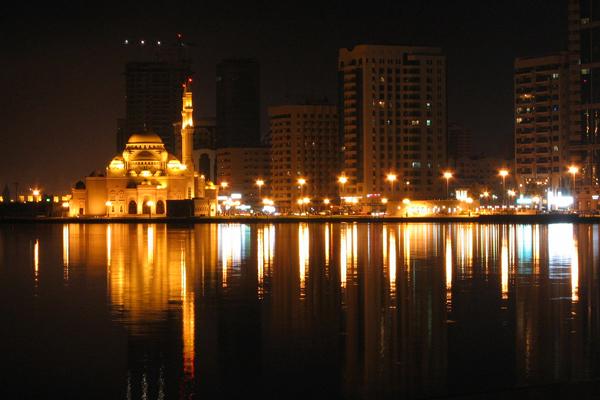 مسجد النور المطل على بحيرة خالد في إمارة الشارقة