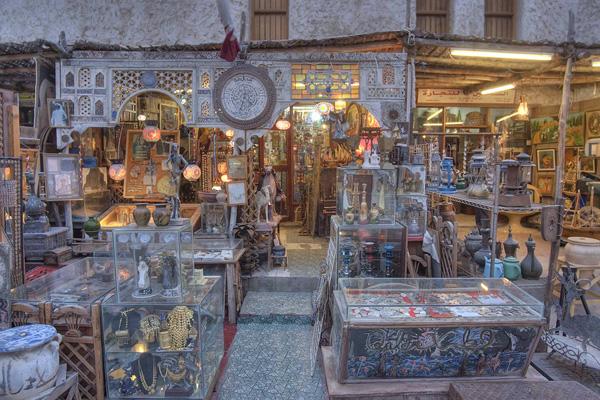 أحد محلات التحف في سوق واقف