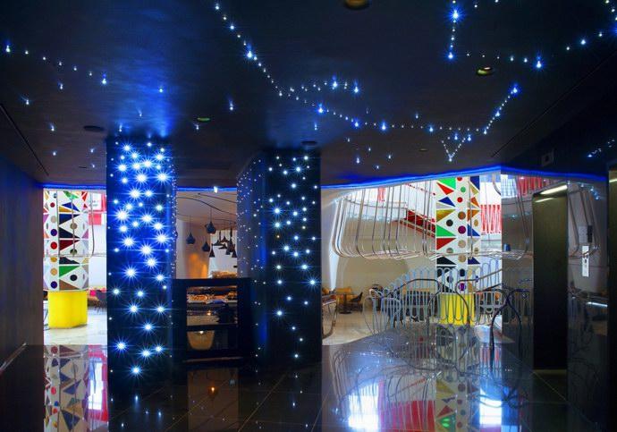 تأثيرات ضوئية تميز الفندق وكأنها نجوم في الظلام