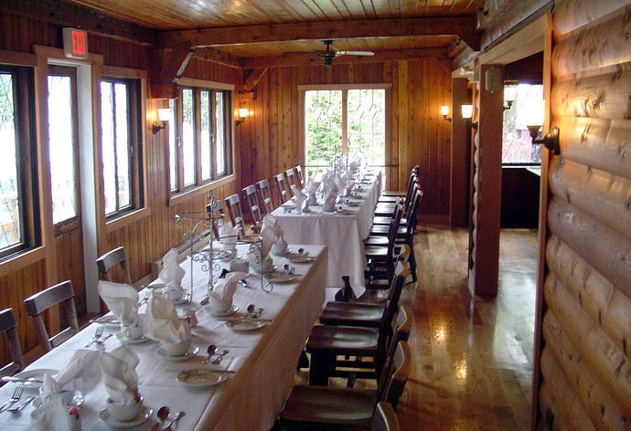 من داخل أحد المطاعم الخشبية