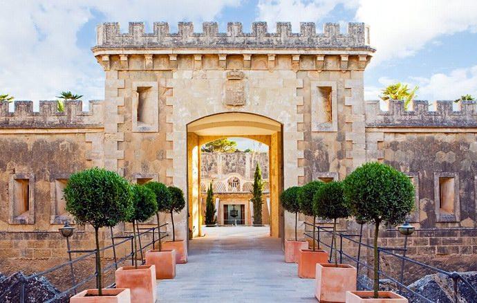 مدخل قلعة أو فندق كيب روكات