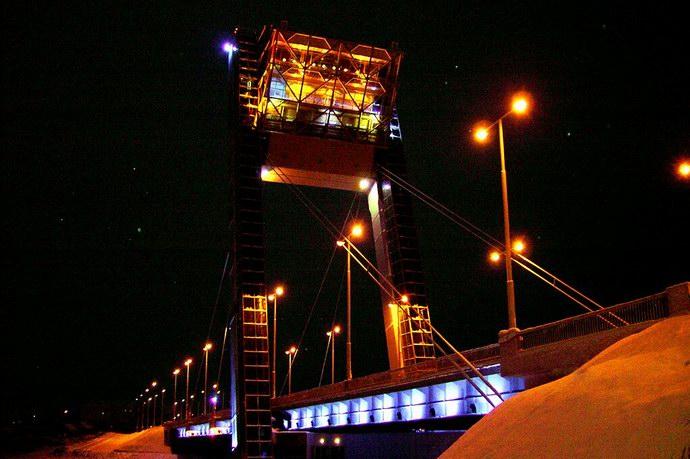 أصواء الجسر والمطعم ليلاً