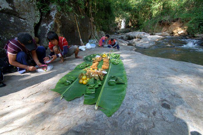 تناول الطعام على أوراق الموز الكبيرة