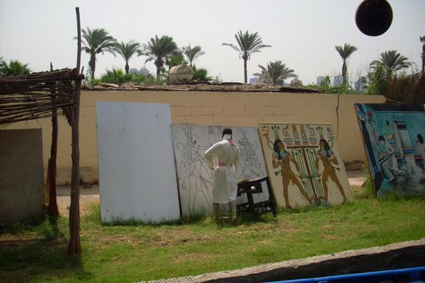 رسم لوحات في الهواء الطلق في القرية الفرعونية