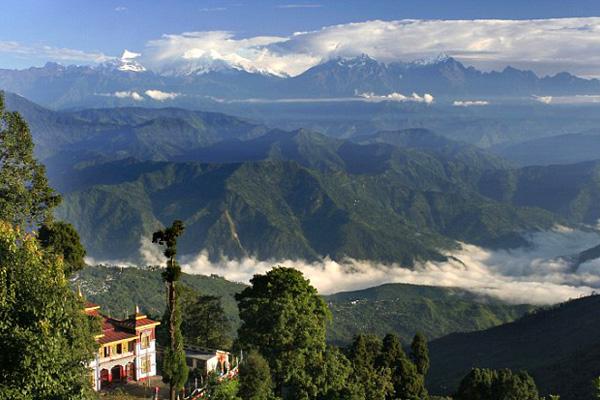 جبال الهيمالايا تضفي بريقاً على الحياة في منطقة دارجيلنج