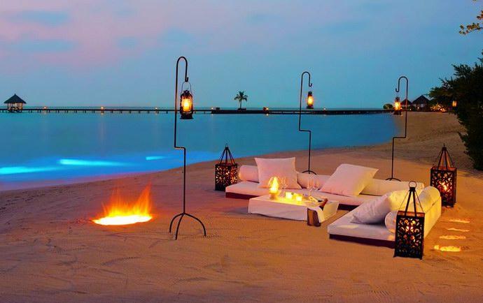 """عشاء على الشاطئ في منتجع """"تاج إكزوتيكا"""""""