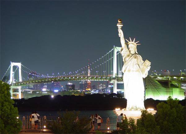 تمثال الحرية يقف رافعا مشعله الخالد على خليج نيويورك.