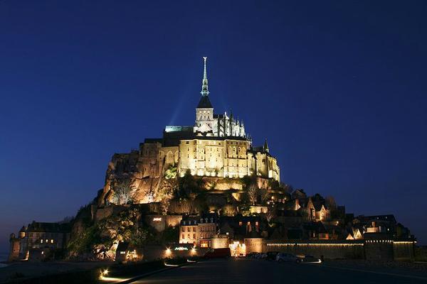 """قلعة """"مونت سانت ميشيل"""" الشهيرة الجاذبة لكثير من السياح"""