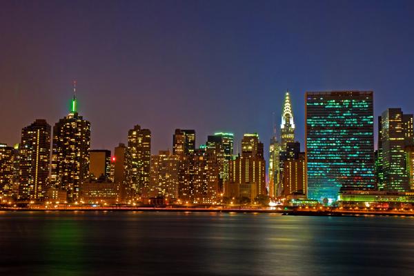 """ناطحات سحاب حي """"مانهاتن"""" في نيويورك تتألق بأضوائها ليلاً"""