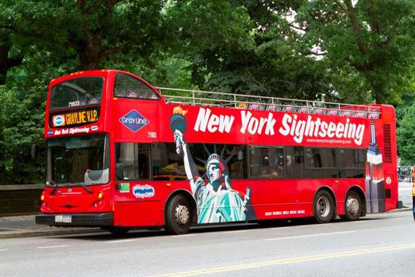 باستطاعة السائح التجول حول نيويورك في حافلة سياحية مخصصة لهذا الغرض