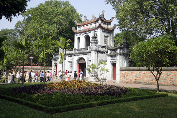 """مدخل """"معبد الأدب"""" في العاصمة الفيتنامية هانوي"""