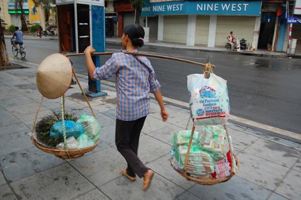 مازالت الأساليب التقليدية في حمل الأشياء سارية في فيتنام