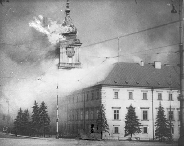القلعة الملكية خلال القصف الألماني في سبتمبر 1939