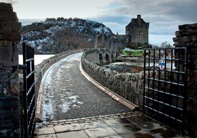 بداية جسر المشاه المؤدي إلى القلعة