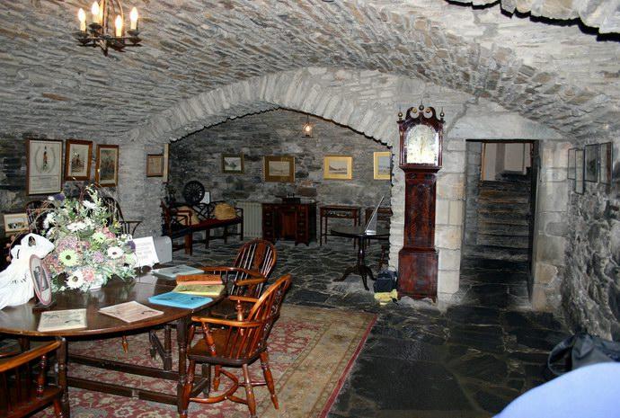واحدة من قاعات قلعة دونان