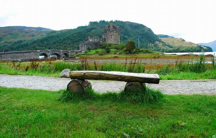مقاعد حجرية بطراز قديم حول قلعة دونان