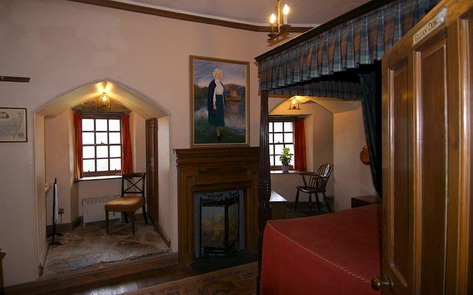 داخل إحدى غرف النوم في الطابق الثاني من قلعة دونان