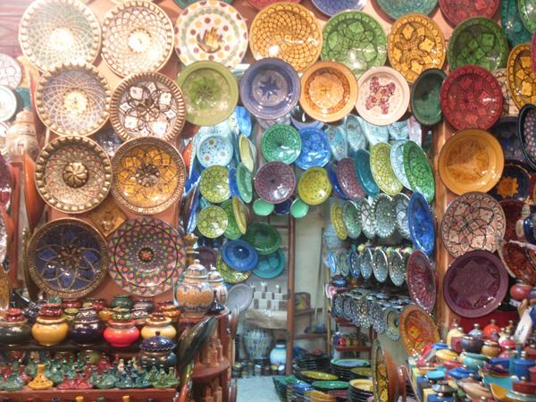 تنتشر في الساحة المحال التي تبيع المصنوعات المغربية التقليدية
