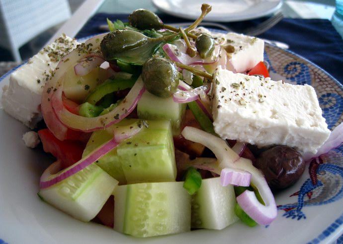 """سلطة يونانية يقدمها مطعم """"أكوا إي سول"""""""