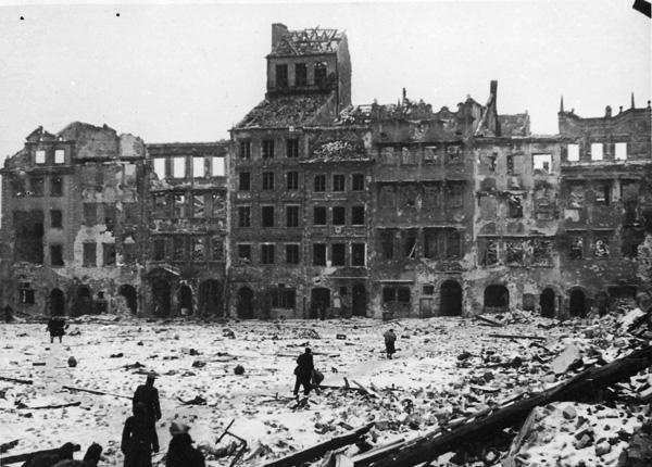 دمرت معارك وقصف الحرب العالمية الثانية نحو ثمانين بالمئة من مباني وارسو