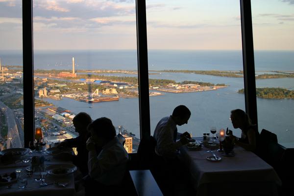 """يتيح المطعم الموجود أعلى برج """"سي إن"""" مشاهدة بانوراما لمدينة تورنتو"""