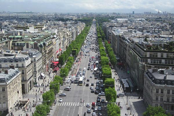 شارع الشانزليزيه في باريس من ناحية قوس النصر