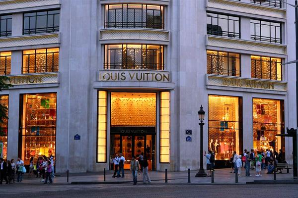 الشانزليزيه وجهة لعشاق التسوق خصوصاً من العلامات التجارية الفاخرة (متجر لويس فيتون)