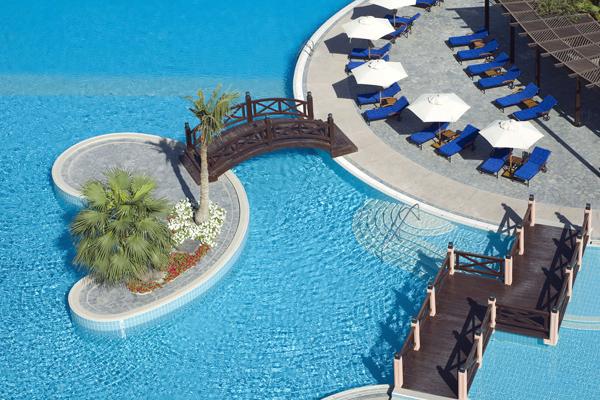 """حمام السباحة في فندق ومنتجع """"الريتز ـ كارلتون، البحرين"""""""