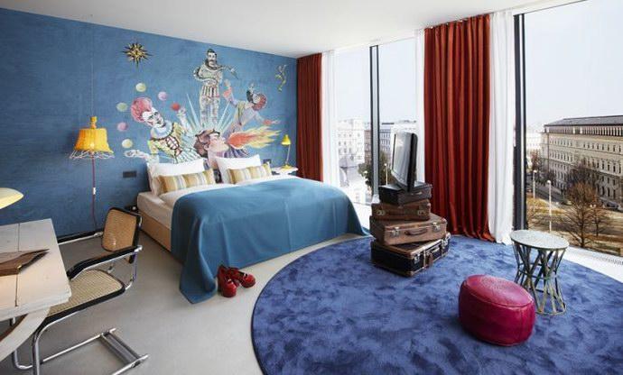 """واحدة من غرف """"25 ساعة"""" بأثاثها ورسوماتها العجيبة"""