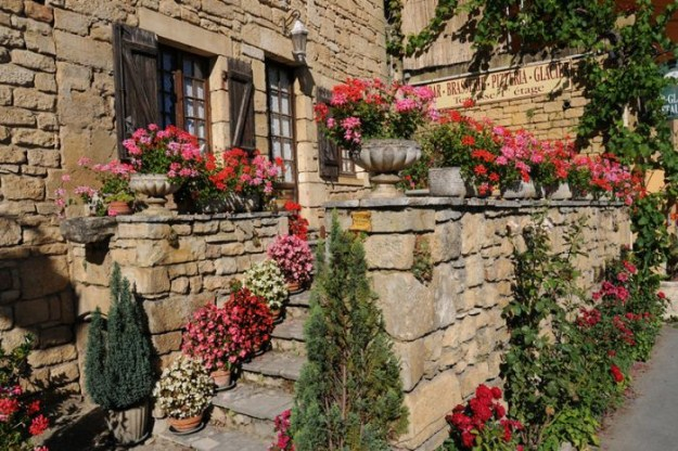 الجمال والهدوء وعراقة التاريخ ترتسم بوضوح على مباني الريف الفرنسي الأصيل..