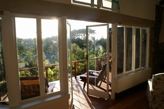 النوافذ البانورامية داخل بيوت المزرعة