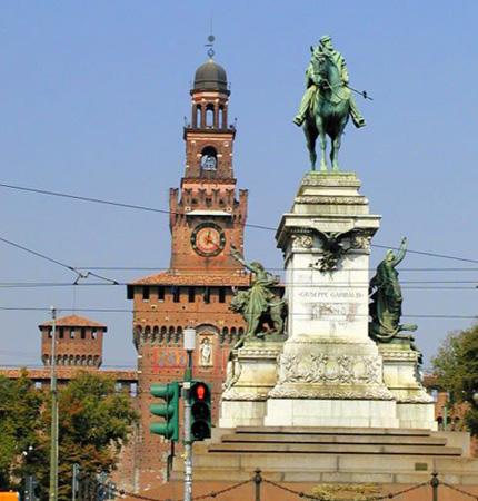تمثال رائع للملك أومبيرتو الأول والذي تمت في عهده إعادة بناء القلعة