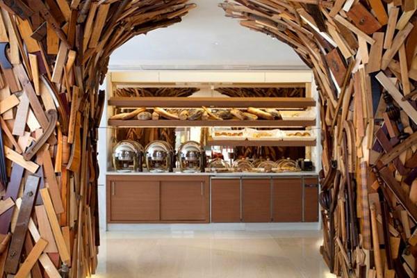 """القصاصات الخشبية تملئ الجدران الداخلية لفندق """"نيو هوتيل"""""""