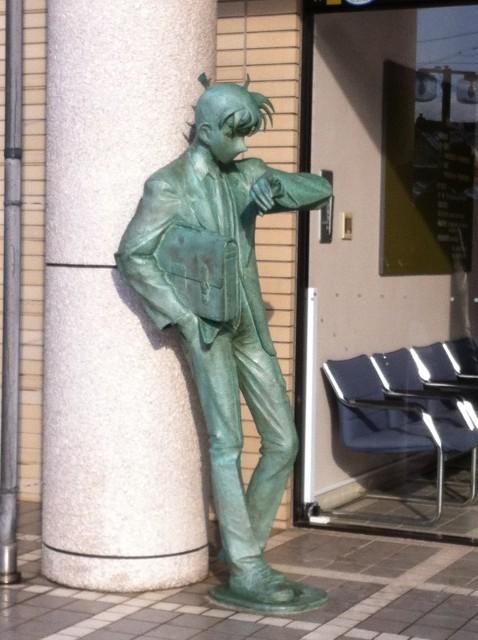 """""""سينشي"""" بطل المسلسل الكرتوني الشهير ينظر إلى ساعته منتظرًا خروجك بلهفة!"""