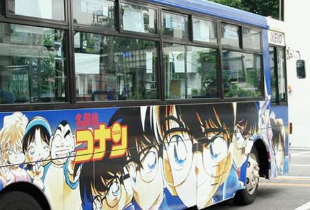 """والحافلة أيضًا تكتسي بصور المحقق""""كونان""""!"""