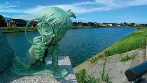 """تمثال بديع لـ """"كونان"""" ينظر إلى زوار مدينته بعدسته المكبرة الشهيرة في توتوري!"""
