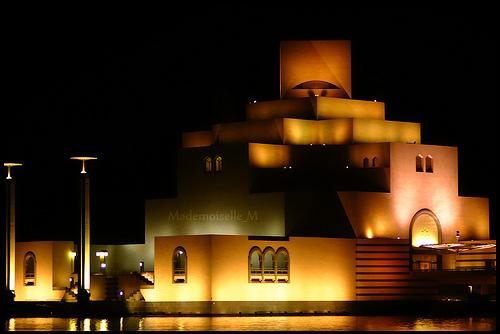 يقع متحف الفن الإسلامي على حافة ميناء الدوحة في الطرف الجنوبي لخليج الدوحة