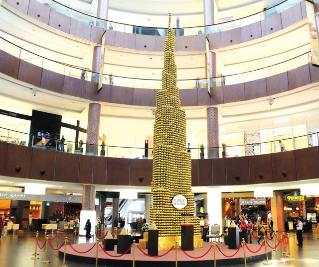 افتتاح برج ذهبي من الشوكولاتة في دبي مول