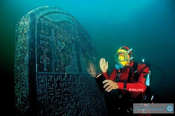 العالم الفرنسي فرانك جوديو مع أحد الألواح الحجرية الباقية من المدينة المفقودة