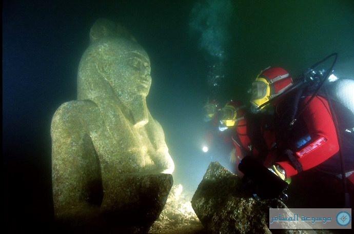 أحد التماثيل الفرعونية الغارقة
