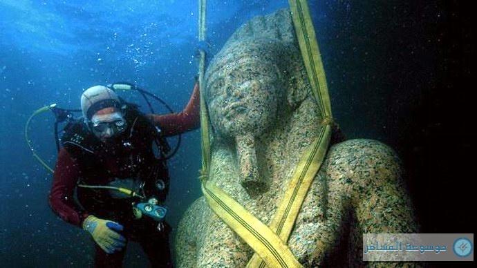 ربط التمثال جيداً كي تبدأ عملية رفعه من قاع البحر بعدما ظل غارقاً 1200 سنة