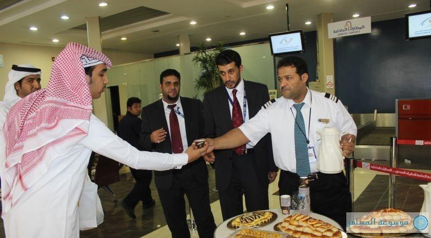 «الخطوط السعودية» بمطار الباحة تعايد المسافرين بالشوكولاتة والقهوة العربية