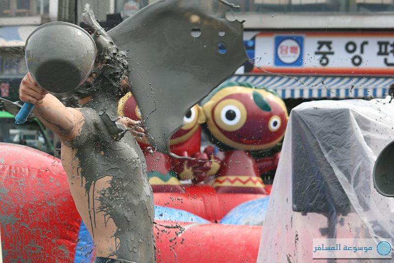 مهرجان الطين فى بيرونج الكورية.. فرصة سنوية للترفيه بين الوحل