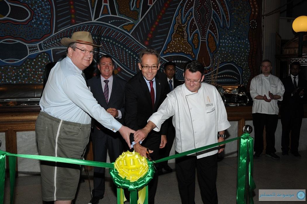 من اليسار : إيرك مدير فندق الخزامى، السفير الأسترالي، ماثيو الشيف التنفيذي.