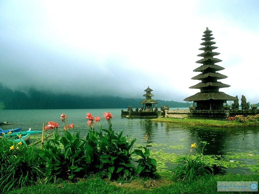 معبد هندوسي Ulun-Danu تحيط به مياه بحيرة براتان من كل مكان