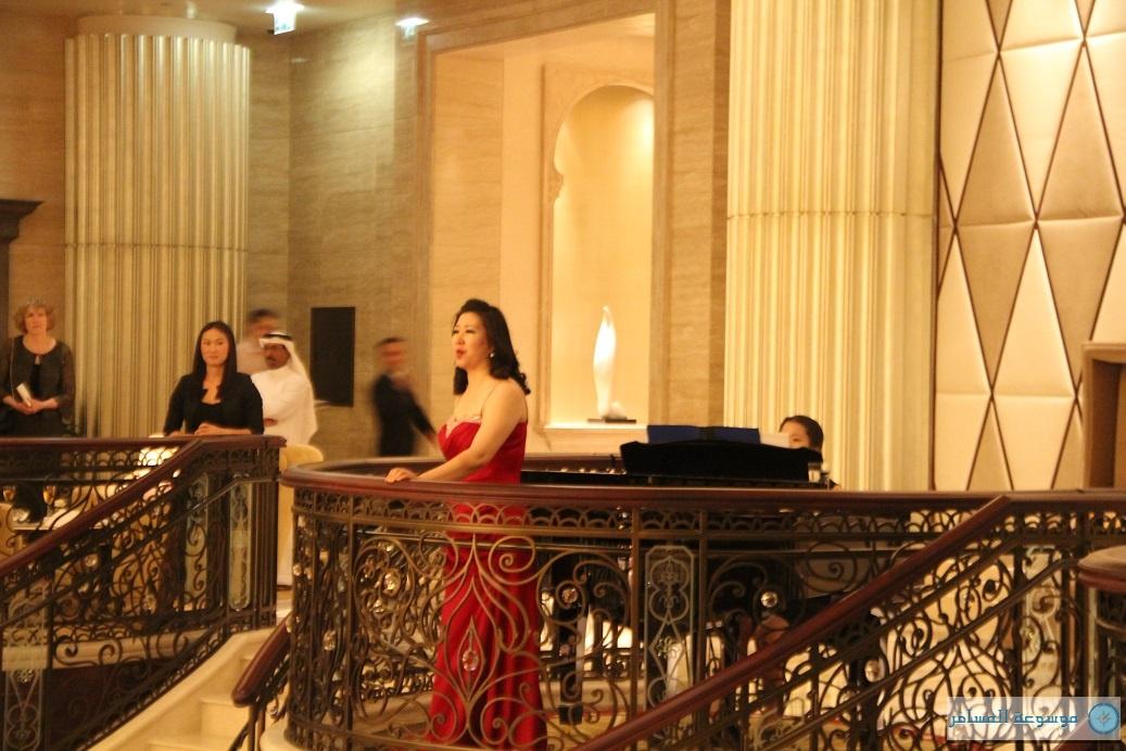 المغنية جيونغ سون تنحدر أصول المغنية من العاصمة الكورية سيؤول حيث تدربت على الغناء ومن ثم انطلقت لإحياء العديد من الحفلات والمسرحيات الموسيقية في جميع أنحاء أوروبا.