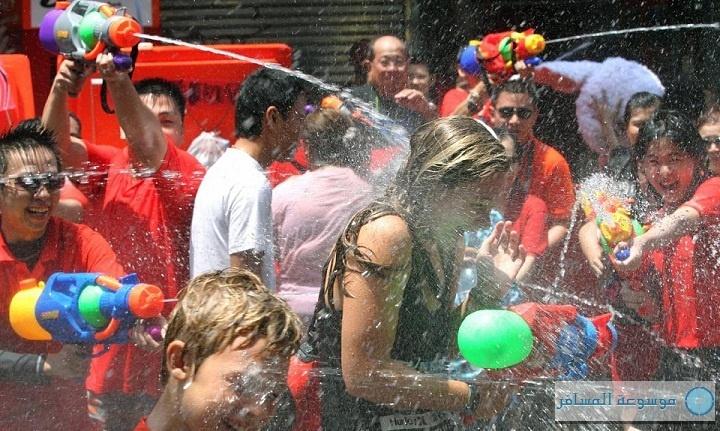 تايلاند تحتفل بالعام الجديد من خلال التراشق بمسدسات مملوءة بالماء
